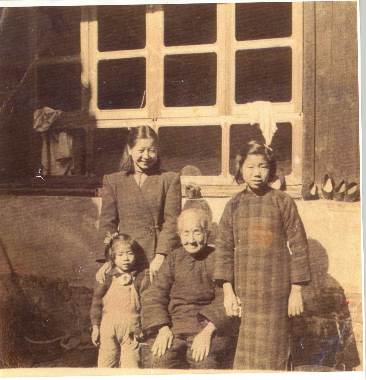 Mrs. Ruth Mulan Chu Chao with her grandmother and younger sisters in their family estate in Anhui, China.